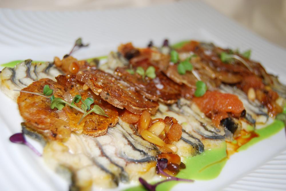 Cruixents de peus de porc amb anguila del Delta de l' Ebre amb bolets crudités i paté de tomàquet amb oli verge